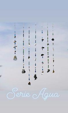 Mobile-Solos in den Farben des Wassers, Muscheln und Steine kombiniert mit Glasperlen in Blau- und Grüntönen Mobiles, Wind Chimes, Outdoor Decor, Home Decor, Store Windows, Glass Beads, Seashells, Things To Do, Decorating