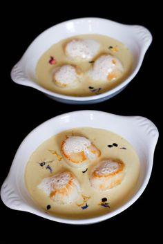 Pour 4 personnes Préparation : 15 minutes Cuisson : 10 minutes · 12 noix de Saint-Jacques · 25 cl de crème liquide + 10 cl de crème liquide · 1 petit pot de foie gras · ½ c à c de brisures de truffe noire · Fleur de sel Préparation : - Dans une casserole,... Foie Gras, Fish Recipes, Seafood Recipes, Chefs, Cuisine Diverse, Salty Foods, Scallop Recipes, Xmas Food, Appetisers