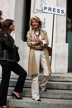 que decir de ella una lady sabe como llevar todo y se le nota,colores tierra.
