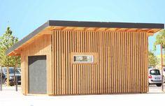 Garage en ossature bois de 20 m² installé en exposition. Ce garage s'autofinance grâce à sa toiture solaire photovoltaïque