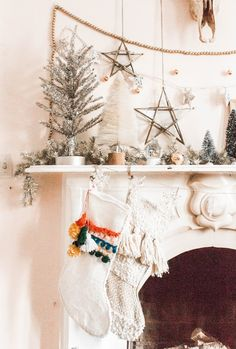 10 Christmas Decorations For a Boho Fireplace - Weihnachtsbaum Dekoration Merry Little Christmas, Noel Christmas, Winter Christmas, All Things Christmas, Vintage Christmas, Homemade Christmas, Christmas Ornaments, Christmas Tree Themes, Holiday Decor