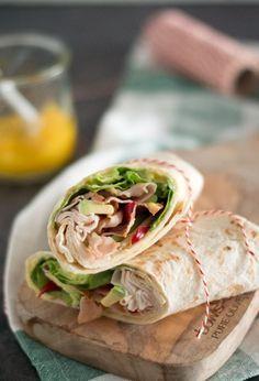 Wraps met sla, bacon, kip en mango. Ideaal voor de lunch, avondeten of om mee te nemen voor onderweg. Makkelijk om te maken en binnen een kwartiertje klaar.