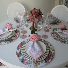 Sousplat Table Setting Inspiration, Place Mats Quilted, Table Manners, Napkin Folding, Elegant Table, Table Arrangements, Dinner Table, Table And Chairs, Christmas Diy