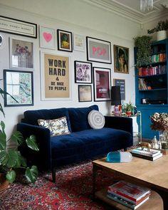 Sala de estar com sofá de veludo azul Soggiorno con divano in velluto blu Decoration Inspiration, Decoration Design, Decor Interior Design, Interior Decorating, Decor Ideas, Interior Modern, Room Ideas, Wall Ideas, Bohemian Decorating