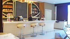 Barra de bar para: Marielle - Restaurante Lounge,  CDMX.  El diseño de interiores, el criterio de los materiales así como la restauración arquitectónica del espacio estuvo a cargo de @Vertical Arquitectura liderado por el Arquitecto David Pérez Ortega.