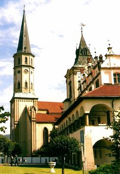 SLOVAKIA Levoča - námestie Majstra Pavla s kostolom Sv. Jakuba a radnicou (Square of Master Paul with St. James Church and the Town Hall), Slovakia Bratislava, Catholic Churches, Heart Of Europe, Church Building, Fortification, Central Europe, Town Hall, Kirchen, Eastern Europe