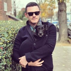 "Gefällt 49.3 Tsd. Mal, 339 Kommentare - @thereallukeevans auf Instagram: ""It was a bright chilly day in London today....but not for Huxley hound... #london #happysaturday…"""