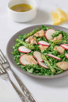 Enjoy this warm asparagus and chicken salad with our lemon, garlic and oregano dressing for a super healthy lunch or dinner. Healthy Recipes For Weight Loss, Healthy Salad Recipes, Clean Eating Recipes, Healthy Dinners, Healthy Weight, Veggie Recipes, Salad Recipes For Dinner, Chicken Salad Recipes, Lunch Recipes