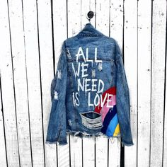 'all we need' denim jacket - Outfit - Frauenhose Painted Denim Jacket, Painted Jeans, Painted Clothes, Hand Painted, Demin Jacket, Jean Jacket Outfits, Diy Jeans, Diy Clothing, Custom Clothes