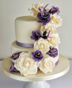 petit gâteau de mariage sympa décoré de fleurs en lavande et blanc