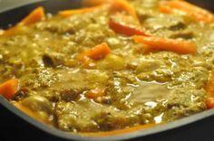 Serverer en lækker simreret i sautérpande: koteletter i karrysauce med rødløg, peberfrugt, gulerødder og fløde. Godt med farver på. Nydes med fuldkornsris.