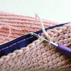 Uma dica legal de como prender o zíper nas bolsas, via @katealinari Alguém me perguntou como eu fazia e lembrei dessa maneira, muito legal. Basta fazer um alinhavo com linha de bordar e ali prender os pontos de crochê como na foto. #dicasdecroche #prenderziper