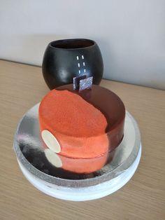 Tarta de mousse de chocolate y cremoso de naranja con efecto terciopelo naranja y glaseado espejo de chocolate
