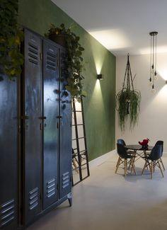 HOME MADE BY_STIJL BINNENKIJKER | STYLIST AYLIN | WOONKAMER | INSPIRATIE | SFEERVOL | INTERIEUR TRENDS | TIJDLOOS | STOEL | BANK | TAFELTJE | LAMPEN | KOEIENHUID | PLANTEN | GROEN | INDUSTRIEEL Interior Design Living Room, Living Room Decor, Green Bedroom Walls, Industrial House, Interior Styling, Interior Inspiration, Home Furnishings, New Homes, House Design