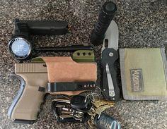 Bag full of guns Edc Essentials, Edc Tactical, Everyday Carry Gear, Go Bags, Edc Knife, Edc Tools, Edc Gear, Mans World, Cool Items