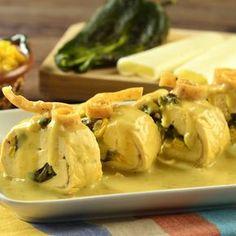 Pechugas Rellenas de Rajas en Salsa de Flor de Calabaza