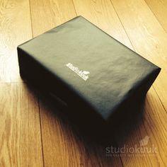 Pakketje van studiokuuk_geboortekaartje_stempel_zwart kraft #www.studiokuuk.nl