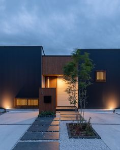 CASE683 丘の上のハウス Japan Modern House, Modern House Design, Pathway Lighting, Landscape Lighting, Narrow Garden, Entrance Design, Random House, Modern Exterior, Home Projects
