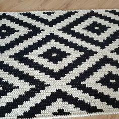 Crochet Doily Rug, Crochet Carpet, Tapestry Crochet, Crochet Squares, Crochet Home, Crochet Stitches, Knit Crochet, Motifs Bargello, Bargello Patterns