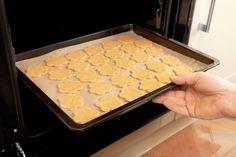 ***Consejos de como hornear o cocinar galletas*** Hornear o cocinar en el horno galletas perfectas no es complicado, si tomamos algunos sencillos recaudos al momento de hacerlo....SIGUE LEYENDO EN..... http://comohacerpara.com/consejos-de-como-hornear-o-cocinar-galletas_2628c.html