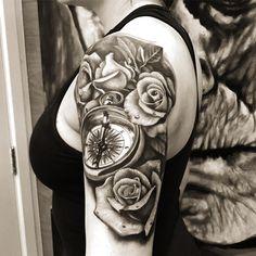Tattoo preta de rosas realistas feita pelo artista @camilotuero que atende no Studio @monstershousetattoo em Moema. Faça já seu orçamento: (11) 981304777 (11) 50937134 #tattoo #realismo #camilotuero #monstershouse