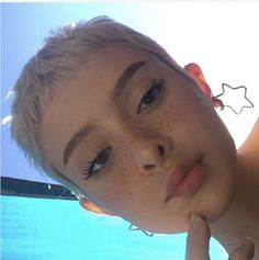 No big surprise that women love the blonde pixie hairstyles! Short hair may look marvelous on all face shapes, and it's productive. Women Pixie Cut, Girls With Pixie Cuts, Buzz Cut Women, Cute Pixie Cuts, Blonde Pixie Hair, Model Tips, Pixie Hairstyles, Blonde Hairstyles, Shaved Hairstyles