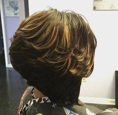 layered brown bob with golden blonde highlights Short Hairstyles For Thick Hair, Shag Hairstyles, Short Hair Cuts, Zottiger Bob, Modern Shag Haircut, Sassy, Golden Blonde Highlights, Medium Hair Styles, Long Hair Styles
