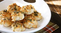 Easy Rosemary Garlic Parmesan Biscuits - love the recipes on skinnytaste, com! Skinny Recipes, Ww Recipes, Healthy Recipes, Skinnytaste Recipes, Bisquick Recipes, Zone Recipes, Healthy Dinners, Delicious Recipes, Bread Recipes