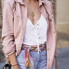 street-style-look-jaqueta-rosa-shorts-jeans