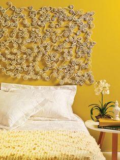 Painel com reciclagem de jornal. Fazer rolinhos de jornal e transformá-los em belos arabescos e mandalas pode garantir uma cabeceira de cama surpreendente!