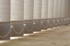 Textiel lamellen worden veelal geleverd met verbindings- koorden aan de onderzijde van de lamellen