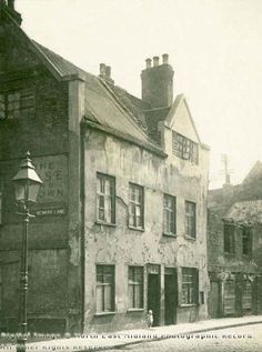 The Rose & Crown was situated on Count Street, off Woolpack Lane. This street no longer exists. Photo 1926