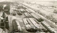 Winterpause für Binnenschiffe im Hafen von Aken an der Elbe um 1930. Der Ort gehört heute zu Sachsen-Anhalt.