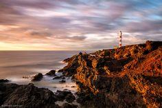 Der Leuchtturm am Punta Abona an Teneriffa's Südküste gehört nicht zu den attraktivsten Leuchttürmn, aber er macht sich speziell zu Sonnenauf- und -untergang im Winter gut gegen die zerklüftete Küste. Ich genoss jedenfalls meine Zeit am Leuchtturm und dieses Foto ist eins, dass ich an einem ziemlich unbeständigen Morgen machte.