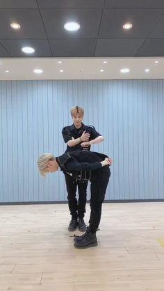 Felix Stray Kids, Stray Kids Seungmin, Dance Choreography Videos, Dance Videos, Hyungwon, Savage Kids, Dance Kpop, Kids Pop, Cool Dance