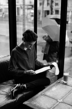 Black and White Photography of Women: How Take Beautiful Pictures – Black and White Photography People Reading, Woman Reading, Reading Time, Divorce Papers, Foto Art, Lectures, Black N White, Fashion Essentials, Love Book