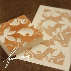 j'aime l'ides du négatif et de la repetition qui se suit. Diy Arts And Crafts, Paper Crafts, Stencils, Eraser Stamp, Scrapbook Box, Art Projects For Adults, Stamp Carving, Handmade Stamps, Stamp Printing