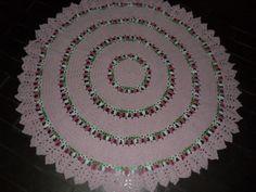 Tapete confeccionado à mão, tradicional técnica do crochê. <br>Sofisticação e aconchegante , valorizando ainda mais a decoração que você preparou para o quarto da sua bebe <br>.o material usado na produção é barbante de algodão, que facilita a lavagem constante da peça. Cores:rosa claro e verde e rosa matizados. <br>Pode ser encomendado em outras cores e tamanhos