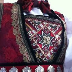 Scandinavian Embroidery, Scandinavian Art, Sewing Hacks, Sewing Crafts, Sewing Tips, Costumes Around The World, Palestinian Embroidery, Hardanger Embroidery, Folk Costume