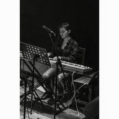 Ondas veo. #piano #music #musicshow #musician #girl #pianist #portrait #pobrediablo #blackandwhite #monochrome #livemusic #performance #concert #concertphotography #urban #night #bar #musicphoto #jazz #pianojazz