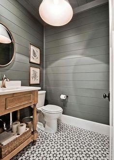 Innbydende hjem med håndverker stil med våningshus berører i Arkansas Small Bathroom Storage, Bathroom Styling, Small Basement Bathroom, Bathroom Organization, Bathroom Beadboard, Bathroom Vinyl, Rental Bathroom, Narrow Bathroom, Master Bathrooms