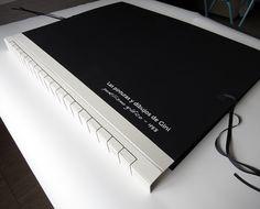 Carpeta para presentación de dibujos, personalizada de gran tamaño Encuadernación: Japonesa con escartivanasTamaño: 80x65x5 cmCubiertas y guardas:Gematex color negro. Tela de alta calidadPapel para el passepartout:Zerkall Litho VI 300gr, 80x120cmSeparación en papel: Pepel Vegetal 90grDetalle: Títulos estarcidos con pintura acrílicaHiginio es un pintor y dibujante(www.higiniodiazmarta.com), necesitaba una carpeta especial para guardar sus dibujos de gran tamaño ...