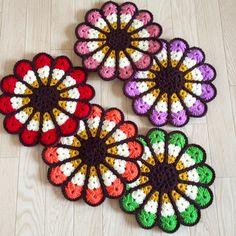 ハンドメイドマーケット minne(ミンネ)| お花の円座(S) Crochet Potholders, Minne, Diy Crochet, Doilies, Pot Holders, Coasters, Crochet Earrings, Blanket, Rugs