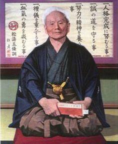 """Esta imagem do """"PAI E MESTRE DO KARATE-DO""""  """"TATSUJIM MEIJIN GICHIN FUNAKOSHI"""" Está dependurada em lugar de Honra no  SUPREMO SANTUÀRIO DO TEMPLO PRINCIPAL BASSAI-JI DA Associação Budista Vajramushti de Karate-Do, onde todos os dias são realizadas cerimônias budistas, onde o mestre recebe orações de gratidão, por sua vida e por sua iluminação no Gongyo da manhã e da noite."""