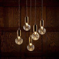 Inspirando-se no delicado artesanato de corte de cristal, a Coleção Crystal Bulbo combina influências industriais com qualidades decorativas. Mais detalhes em https://www.instagram.com/estudio.forma/