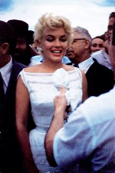 Marilyn, robe blanche en broderie anglaise. Arrival at Willard Airport, August 7, 1955.