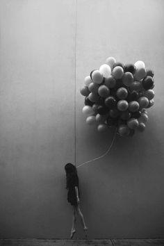 Grafika przez We Heart It https://weheartit.com/entry/163233257 #b&w #balloons #black #blackandwhite #girl #grunge #hair #indie #photography #vintage