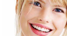 """A che età è consigliabile lo sbiancamento dentale? L'esperto BlancOne risponde che:  """"Non esiste un'età consigliabile, è una scelta molto personale e dipende dalla tonalità di smalto e dalle abitudini personali. Sicuramente non è consigliabile uno sbiancamento prima dei 16 anni, perché durante l'adolescenza gengive e smalto sono in via di sviluppo. Infatti la nuova normativa europea sui prodotti cosmetici sbiancanti vieta l'uso di questi prodotti con pazienti di età inferiore ai 18 anni. """""""