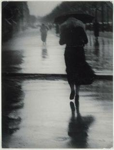 Brassai - Silhouette de femme sous la pluie
