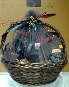 Bridal Gift Wrapping Ideas, Wedding Gift Boxes, Wedding Gift Baskets, Gift Baskets For Him, Diy Gift Baskets, Basket Gift, Raffle Baskets, Diy Gifts For Men, Diy Crafts For Gifts